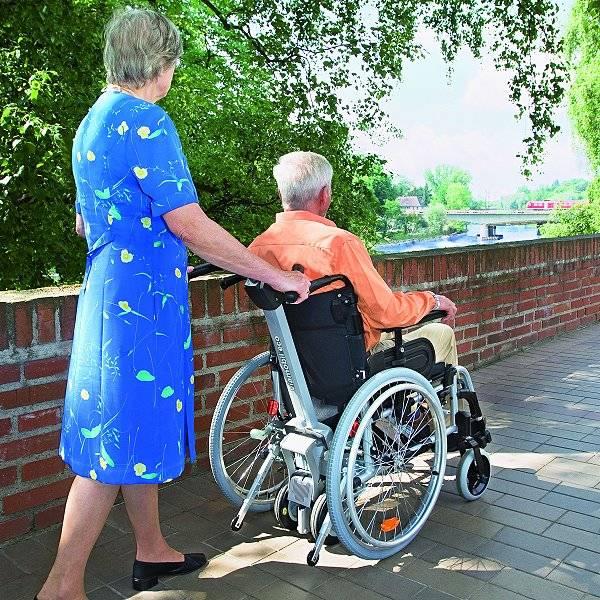 Schiebe- und Bremshilfe für Rollstühle